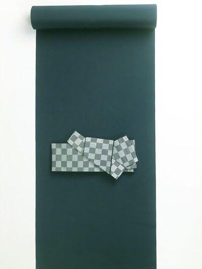 洗える着物/羽織 男物 女物 高級羽二重(テイジンアジェンティnkf) 濃紺 42cm巾 盾に角帯と置いたイメージ