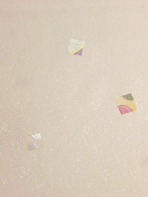 洗える着物 付下げ 刺繍 白茶色地に色紙 右袖