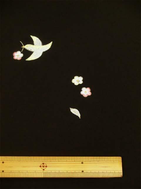 黒地に鳥と花柄刺繍見本 拡大写真1