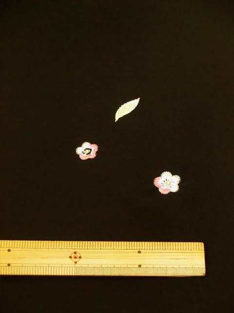 黒地に鳥と花柄刺繍見本 拡大写真2