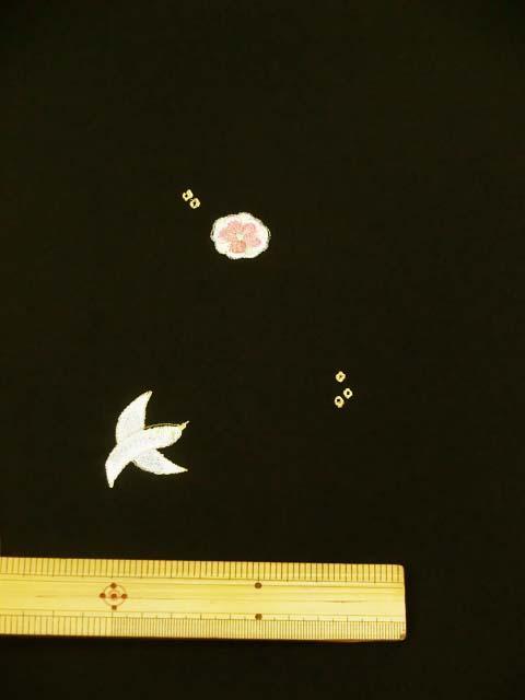 黒地に鳥と花柄刺繍見本 拡大写真3