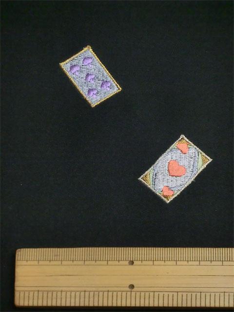 刺繡小紋用 トランプとカップ柄 拡大写真1 shineup-sisyu-kuro-trump-kakudai1.jpg